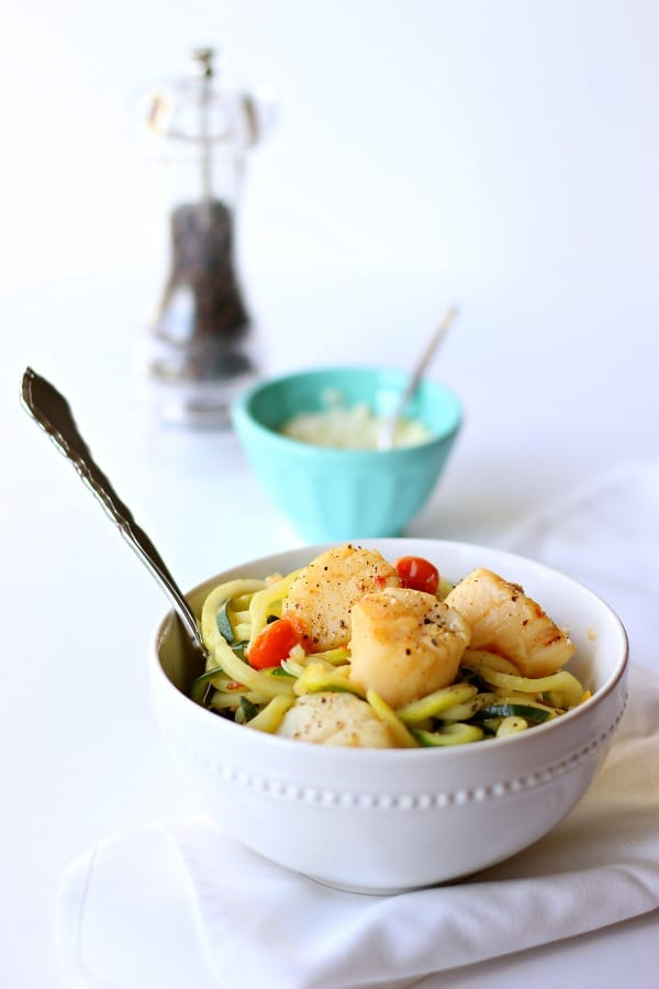 This Scallop Scampi with Zucchini Noodles is an incredibly flavorful, light and low-calorie one-pot easy meal for the whole family! gardeninthekitchen.com